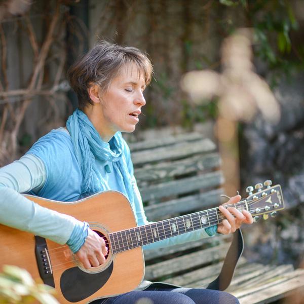 Esther Gleede bei der Begleitung von Gruppen Klangreisen